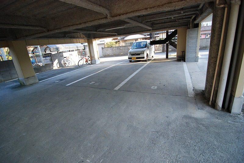 敷地内駐車場1台無料でお車をお持ちの方に嬉しいですね。